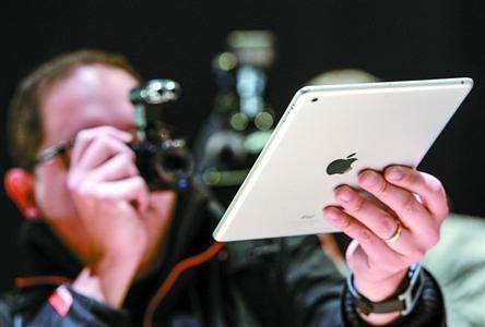 在美国旧金山举行的新品发布会上,一名摄影师在拍摄新版iPad mini 新华社发