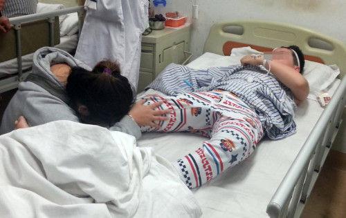 十岁男孩被母亲男友剁手 折叠刀断手太狠毒