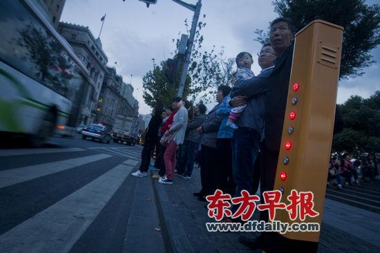 昨日,外滩中山东一路南京东路路口,红外线感应装置不断提醒行人不要闯红灯。早报记者 杨深来 图