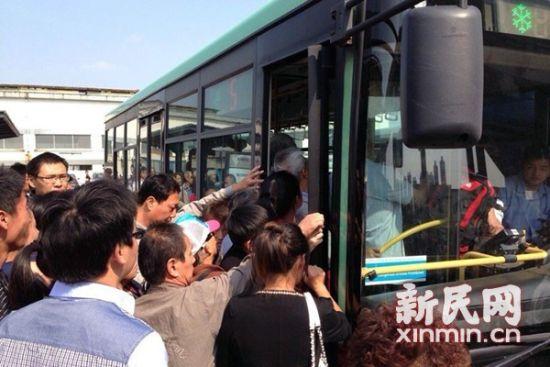 图说:上周末,昆山的公交车难以满足蜂拥而至客流的需求。新民网记者 李若楠 摄