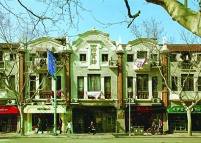 □建造于1921年的尚贤坊,算是上海著名的石库门里弄代表,有过街骑楼和黑漆大门,内有天井,弄内楼高两层,是典型的老式石库门,立面是西班牙巴洛克风格,西洋浮雕装饰。 /IC