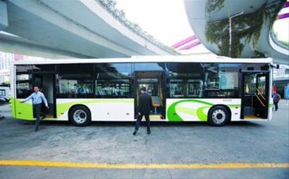 □新车型长12米,与普通公交车一样长,但设置三扇车门,加快乘客上下车速度。 /晨报记者 殷立勤