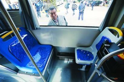 """□""""母子座位""""(左)面积比单人座位(右)大近一倍。"""