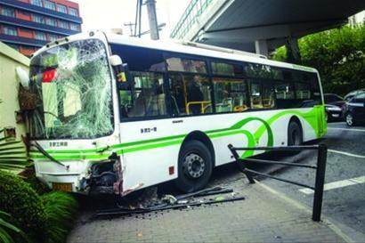 公交车冲上人行道后,前挡风玻璃碎裂。 /晨报记者 肖允