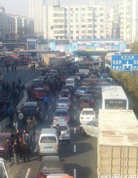 哈尔滨红旗大街货车连撞22车
