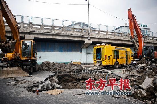 昨日,外环内圈北翟路出口处,塌陷路面约有50平方米。   早报记者 杨一 图