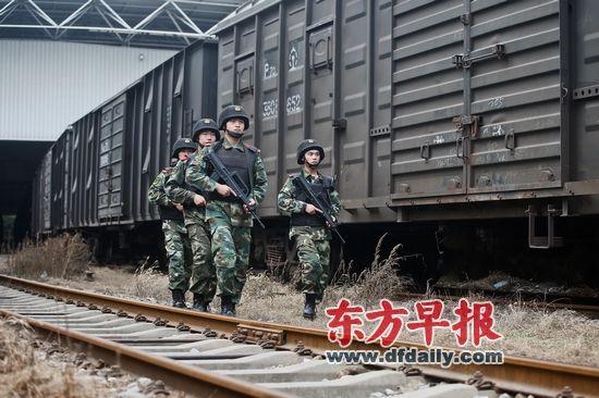 10月30日,武警战士正在押运火车旁巡逻。当日是今年中队担负的第44批押运任务。 早报记者 杨一 图
