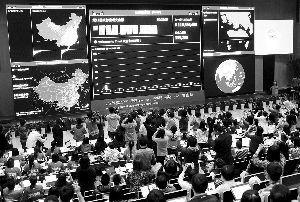 """昨日,杭州淘宝总部的大屏幕不断刷新""""双11""""成交金额。电商的狂欢让传统商家倍感压力。 新华社"""