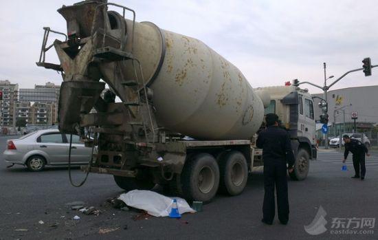 搅拌车在转弯时碾压一辆电瓶车,导致电瓶车骑车男子不幸死亡。