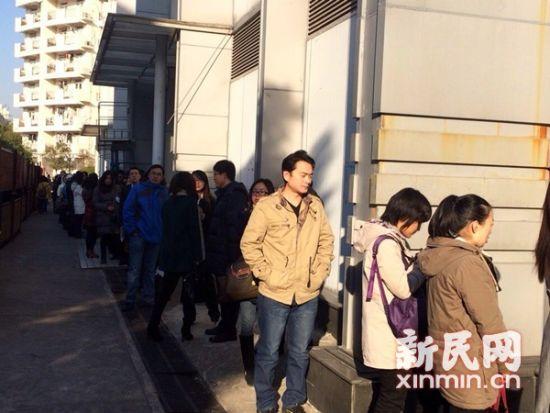 图说:等待入场的毕业生们排起了长队。新民网 记者 李欣 摄