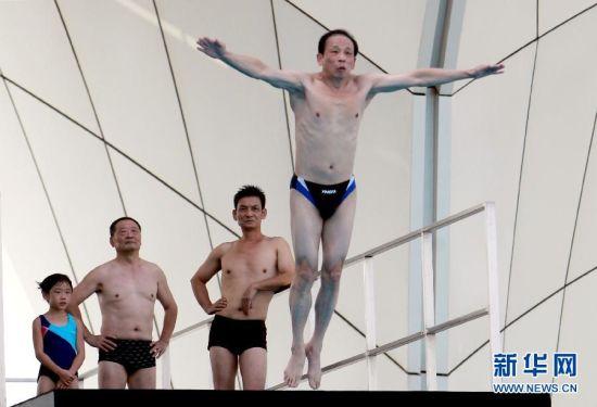 上海市举行首届市民跳水赛