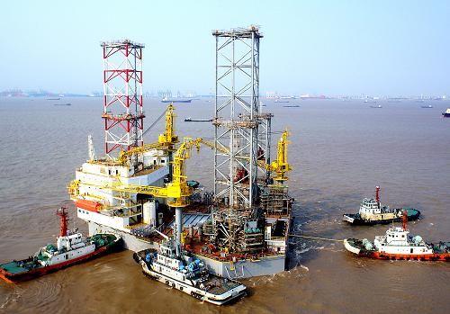 我国建造的自升式钻井平台在上海下水