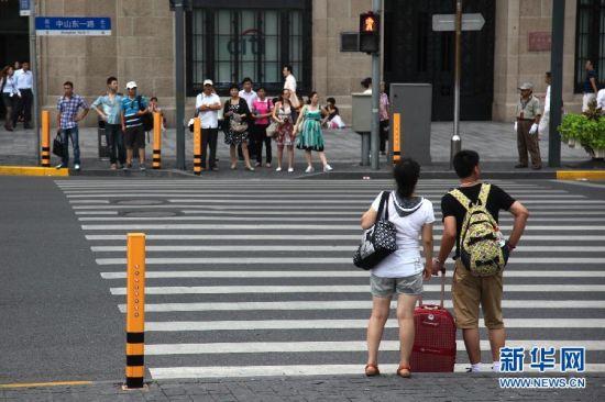 交通安全语音提示桩亮相上海外滩