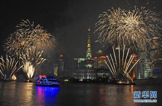 上海旅游节彩船大巡游精彩上演