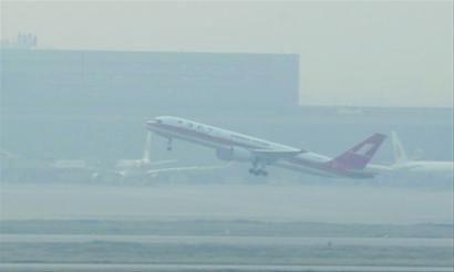 □昨天的雾霾天气没有影响航班的正常起降 /晨报记者 殷立勤