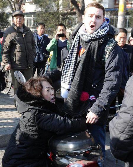 外国小伙街头遭讹诈 老外被急哭图片