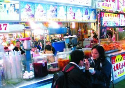 热闹非凡的士林夜市,各种小吃琳琅满目,已成为台北的一张城市名片。新华社