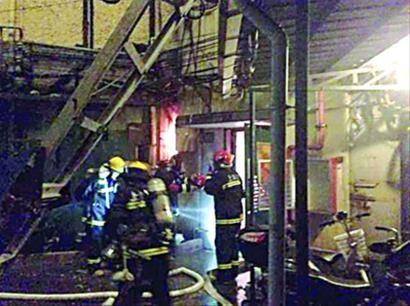 昨日,消防官兵在火灾现场进行检查搜救。 /读者供图