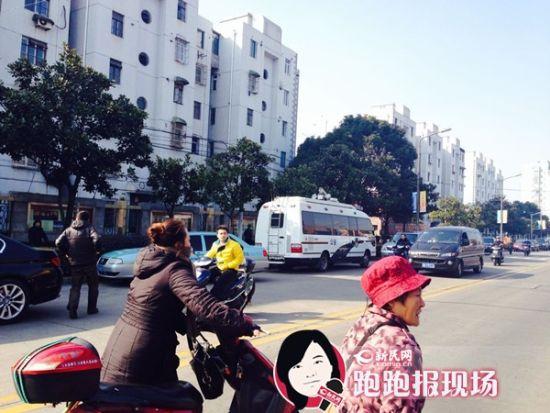 警车在事发现场。新民网 记者 胡彦珣 摄