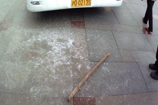 男子当场将献血车的挡风玻璃砸坏。图片来源:铁路上海站派出所 供图
