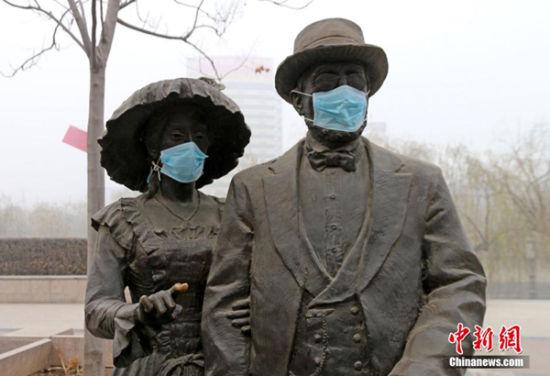 郑州雕塑戴口罩 雕塑也被雾霾污染了(图)