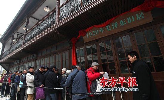 12月26日,上海安义路毛泽东旧居前,市民正在排队参观和购买纪念品。早报记者 王炬亮 图