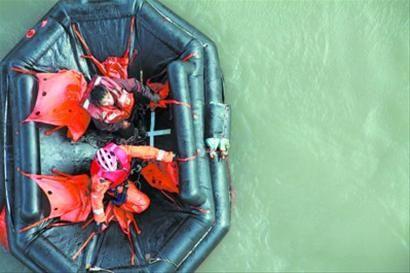 救生员通过绞索降到救生筏上。 金志 摄