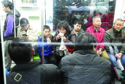 □记者昨日在2号线陆家嘴站仅仅等候十分钟,就发现来往几趟列车中均有乘客在吃东西。 /晨报记者殷立勤
