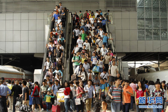 上海火车站迎来国庆客流高峰