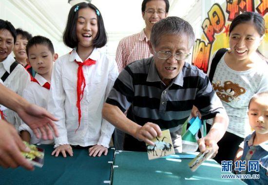 上海:祖孙共庆重阳节