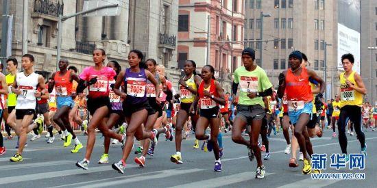 2013上海国际马拉松赛在沪鸣枪