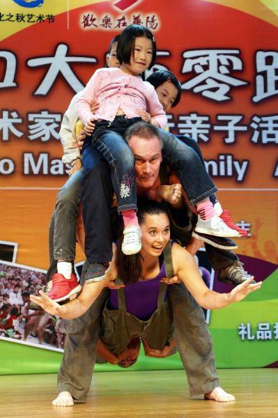 美国巨轮花舞团演员在上海与儿童互动演出