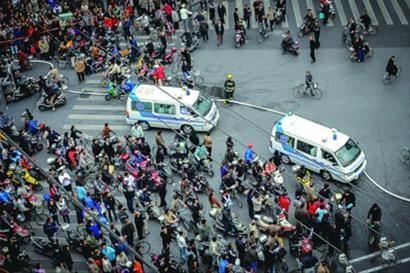 在一些突发事件中,救护车可能会因围观人流而遭遇堵塞,造成抢救的延误。/晨报记者 肖允
