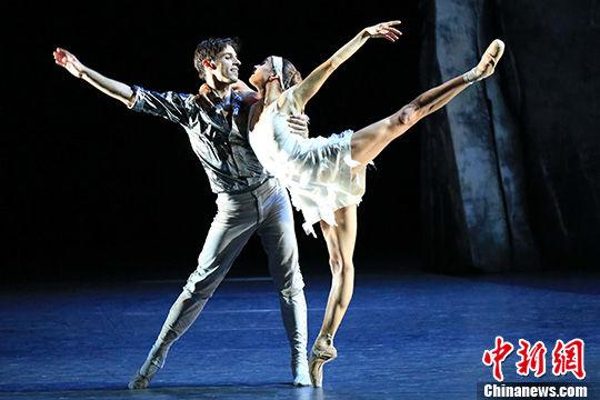 当代版芭蕾舞剧《天鹅湖》亮相上海国际艺术节