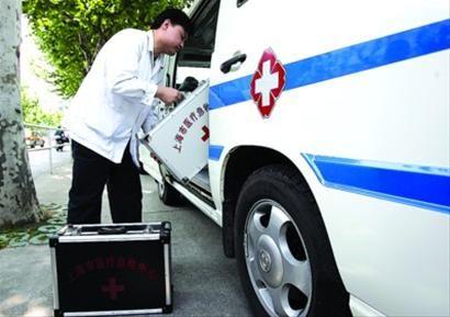 目前本市救护车已在现有急救人员状况下最大限度排满,一线急救人员都已超负荷工作。/晨报记者 殷立勤