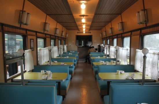 客房是由三节东德制造的软卧车厢改造成的。里面除了铺上了PVC地板之外,其他基本上完全保持了原样。东德造的火车,跟国产的在许多细节上有所不同,显得更加精细,比如床头灯、放小物品的网子、广播音量旋钮、水龙头等,都透着德国人的严谨范儿。虽然已经有40年历史,但一点都不觉得破旧,只透出些许沧桑感。软卧车厢毕竟比硬卧要大一些,我在包厢里面坐了一下,并不觉得逼仄。每节车厢有八个包厢。一个包厢两张床,价格是200。有一个时尚杂志的主编包了一节车厢下来,要在这儿开Party,在小广场上烧烤。略有不便的是,卫生间和浴室