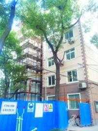 美丽园小区昨天开始安装电梯板/晨报记者 徐妍斐