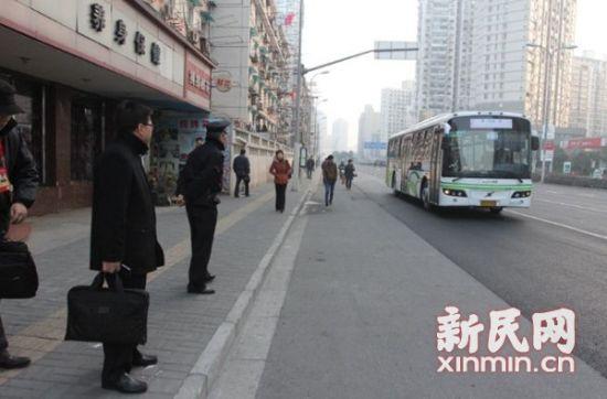 图说:位于四平路密云路的一处班车点,一早代表就等候在此。新民网记者 沈文林 摄