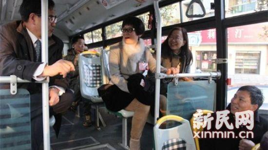 图说:代表们在班车上聊得火热。新民网记者 沈文林 摄