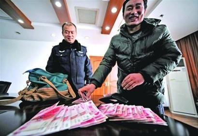 □在警方帮助下郑纯炎拿回了遗失的2万元 /晨报记者 陈征