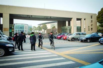昨日16时许,一些罗店中学学生正陆续走出校门。 /晨报记者 肖允 实习生 卫荩成