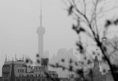 □上海昨天下午开始雾霾加重 /晨报记者 王杰