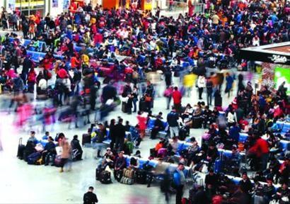 □旅客在上海虹桥火车站候车。 /新华社