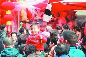 28日,上海城隍庙小商品市场,一个小朋友骑在爸爸的肩膀上逛街。 早报记者 张新燕 图