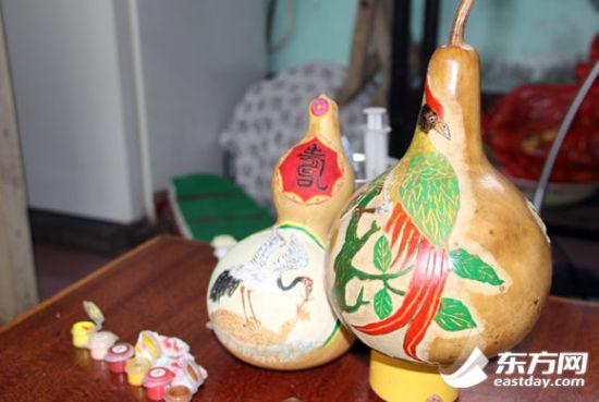 基本成型的葫芦上刻画着各种生动的图案。