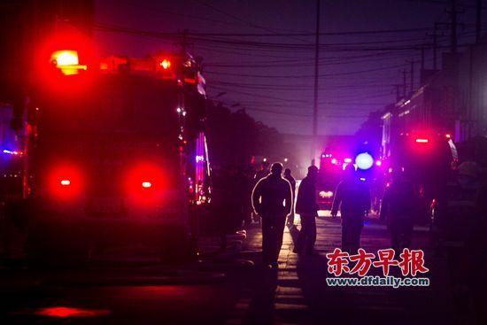 昨日,宝山区民科路一厂房火灾救援现场。 早报记者 杨深来 图