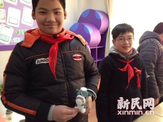 图说:属马的同学带来了小马玩具。新民网记者 李若楠 摄