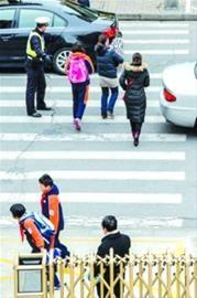 上海交警部门昨天对校园周边采取护校行动/晨报记者 肖允