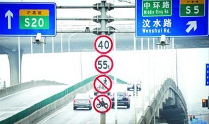 沪太路近行知路有一处新增的电子警察。/晨报记者 肖允 实习生 卫荩成