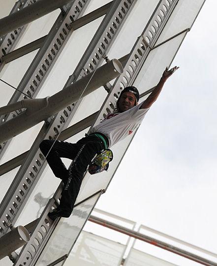 """6月2日,在澳大利亚悉尼41层高的震旦城商务大厦,绰号""""蜘蛛人""""的法国男子阿兰·罗伯特在徒手攀爬后挥手致意。"""